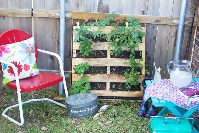 Have a small space but love to garden? This DIY Pallet Garden is for you!!